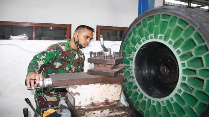TNI Mengembangkan Ban Tanpa Udara (1)